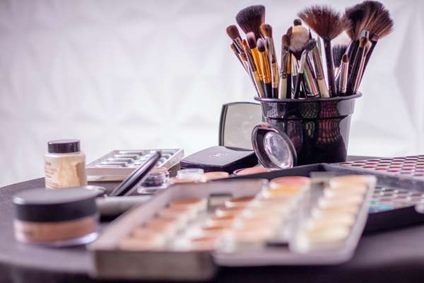 Wiosenne trendy w makijażu, naturalny makijaż krok po kroku